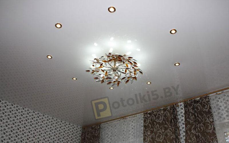 Глянцевый белый натяжной потолок в гостиную 16 м²