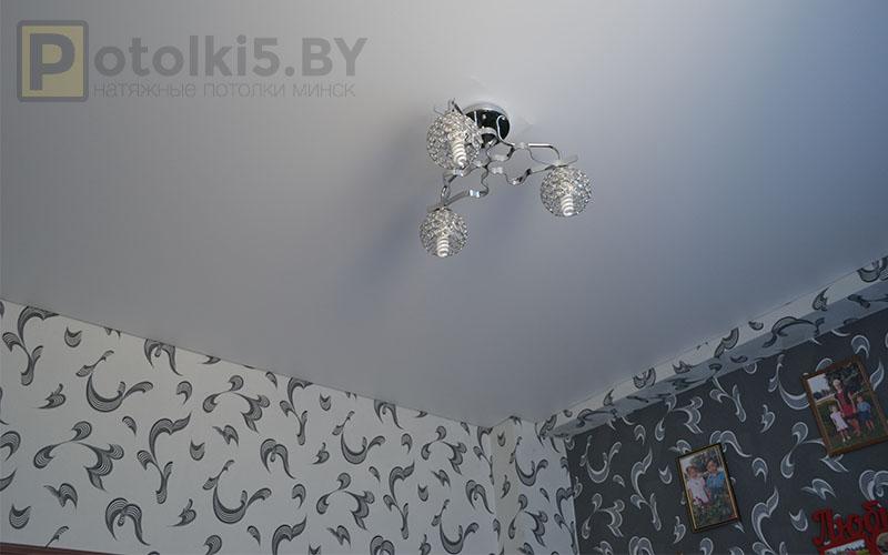 Матовый белый натяжной потолок в спальню 16 м²