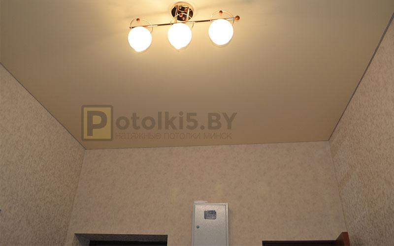 Матовый бежевый натяжной потолок в коридор 12 м²