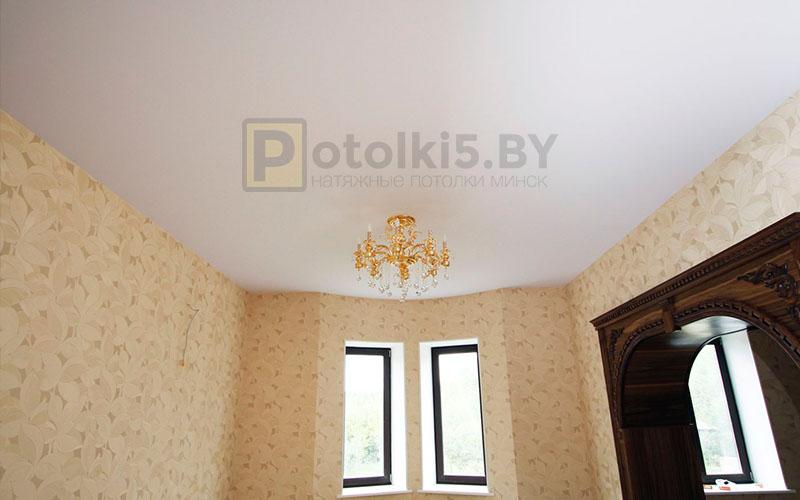 Сатиновый белый натяжной потолок в гостиную