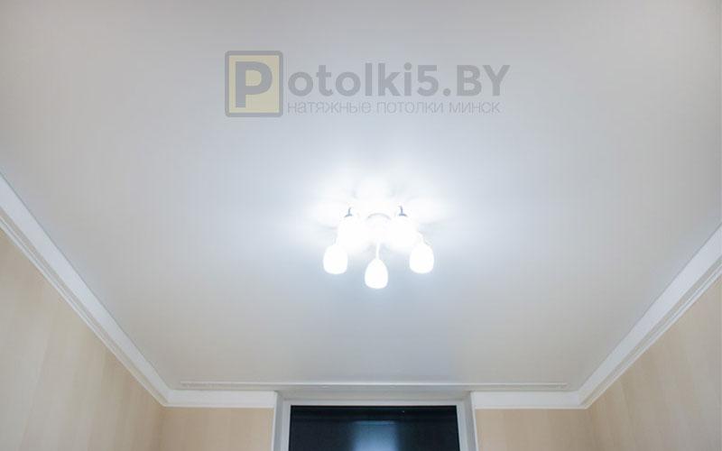 Белый сатиновый натяжной потолок в комнату