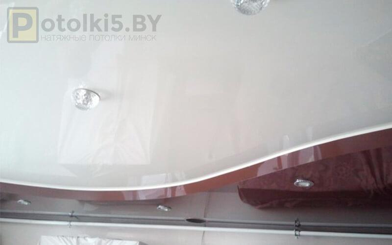 Двухуровневый глянцевый потолок на кухню 15²
