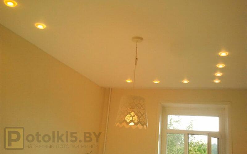 Матовый белый натяжной потолок в гостиную 18 м²