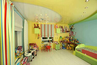 Желтый натяжной потолок в детской комнате