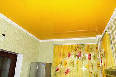 Желтый натяжной потолок в квартире