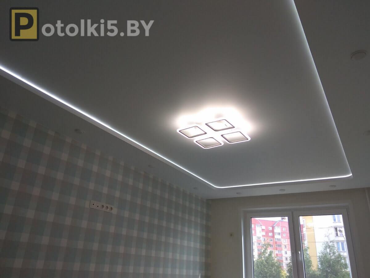 Матовый двухуровневый натяжной потолок с подсветкой,скрытым карнизом, встроенными светильниками и люстрой
