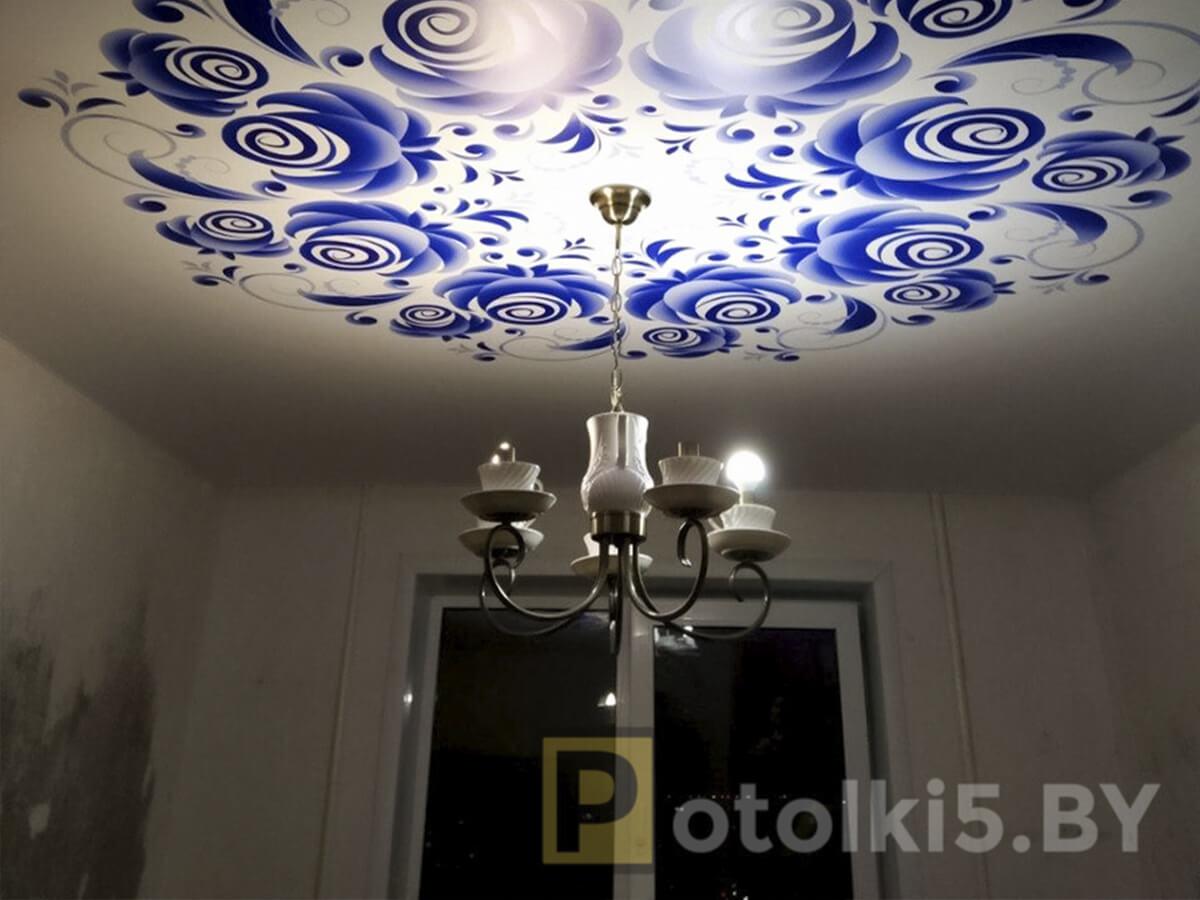 Готовый проект натяжного потолка - Фотопечать на сатине в спальне, скрытый карниз с подсветкой