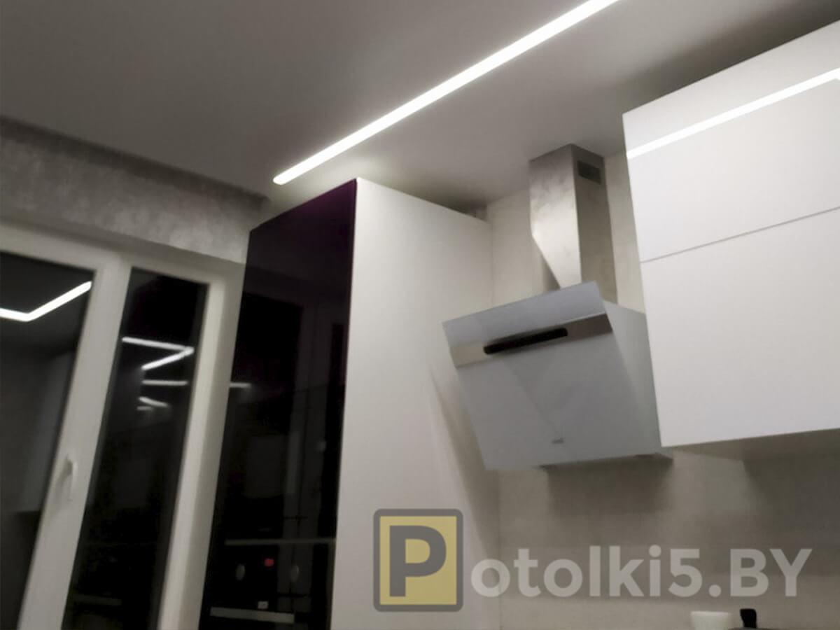 Готовый проект натяжного потолка - Парящие линии шириной 3см на кухне, скрытый карниз м закрытой нишей(за карнизом тоже натяжной потолок), фактура мат