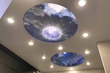 Натяжной потолок с островом с диффузным освещением