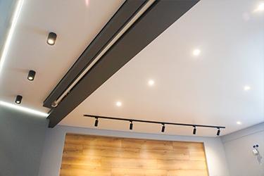 Натяжной потолок с трековой системой