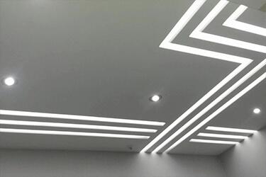 Натяжные потолки с парящими линиями