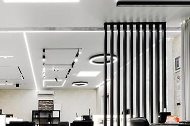 Натяжные потолки с рефлекторным освещением