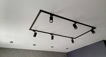 Натяжной потолок с трековыми светильниками Минск